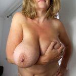 Belle bourgeoise aux énormes seins cherche de la baise