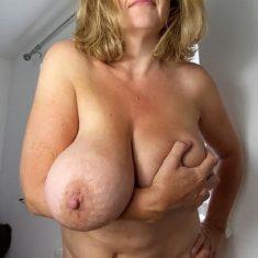Belle bourgeoise énormes seins