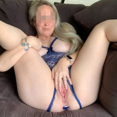 Femme grassouillette blonde plan à 3